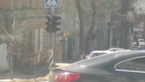 На перекрестке в центре Саратова отключены светофоры