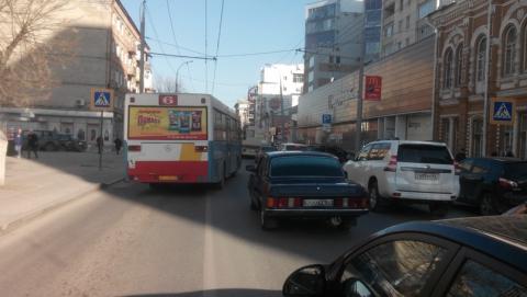 Автобус обогнал пробку по встречной полосе через сплошную линию