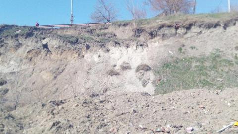 Оползень на Новоузенской подобрался вплотную к дороге. Фото, видео