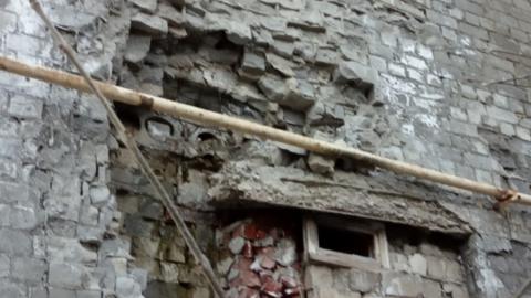 Обитатели аварийного общежития боятся, что их дом рухнет