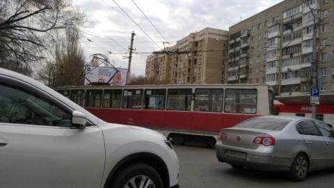 Видео: трамвай №11 сошел с рельсов и перегородил дорогу