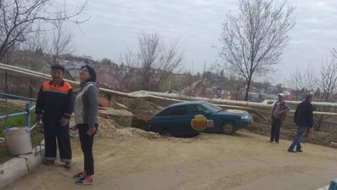 Машина Rutaxi провалилась в огромную яму на обочине