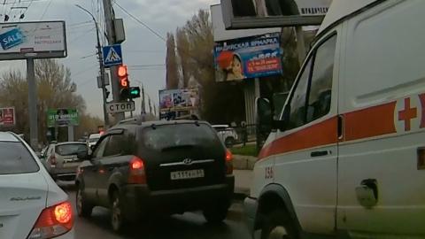Внедорожник залез в чужой ряд и перекрыл дорогу машине скорой помощи