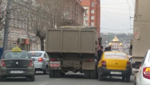 Такси и самосвал устроили пробку у правительства Саратовской области