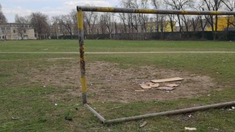 Балаковец возмущен мусором, шприцами и бутылками на пришкольном поле