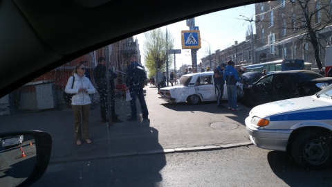 """Машина """"Такси Метро"""" собрала несколько автомобилей на перекрестке в центре Саратова"""