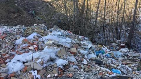 Котлован превратили в свалку строительного мусора