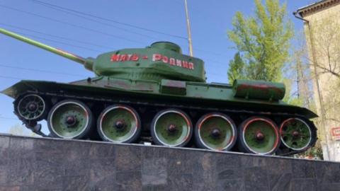Полицейские задержали вандала, который изрисовал памятник танкистам Великой Отечественной