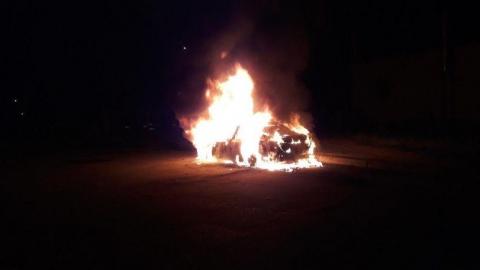 Ночью на улице сгорела малолитражка
