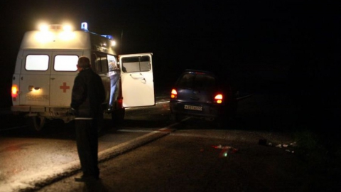 Женщина опрокинула машину в кювет на ночной трассе