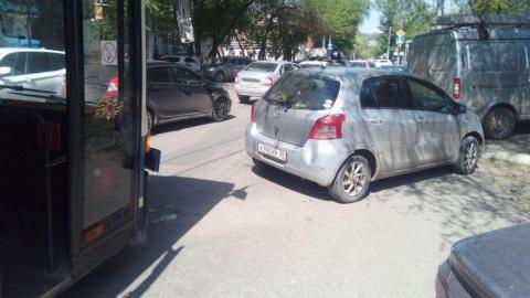 """Женщина на """"Тойоте"""" с иркутскими номерами выехала с парковки в лоб автобусу"""