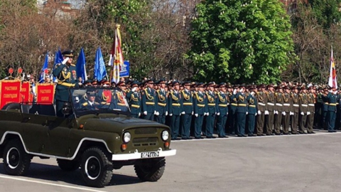 В Саратове возложили цветы к памятнику воину-освободителю и провели парад
