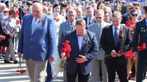 Представители «Единой России» возложили цветы к вечному огню у мемориала «Журавли»