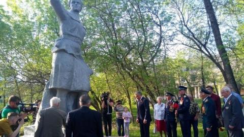 Вячеслав Володин возложил цветы к памятнику Марине Расковой