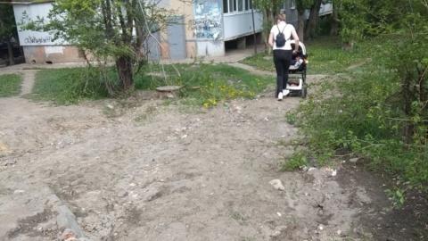 Женщина пожаловалась на состояние тротуаров возле сквера Победы
