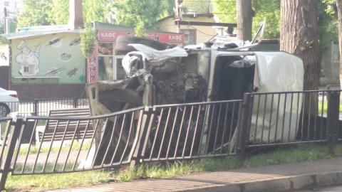 """""""Ниву"""" расплющило о старый тополь на пешеходной зоне. Ранены минимум два человека"""