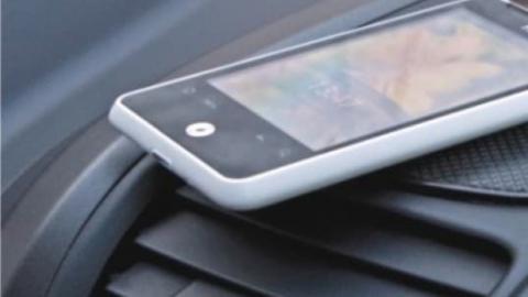 Молодые люди на набережной отняли у знакомого iPhone и уехали на «Приоре»