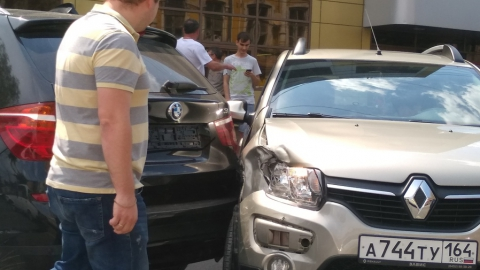 "Столкнувшиеся ""Рено"" и БМВ заблокировали проезд по улице Кутякова"