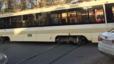 Два трамвайных маршрута остановились из-за сошедшего с рельсов вагона