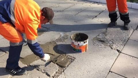 """На Аллее Роз плитку """"ремонтируют"""" цементным раствором"""