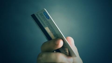 Мужчина устроил первомайский шопинг с найденной в банке картой