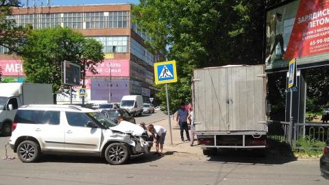 """Только что """"Шкода"""" с инвалидом за рулем впечатала """"Газель"""" в ограду на Астраханской"""