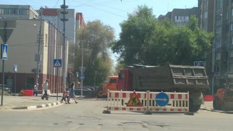 На перекрестке улиц Рахова и Зарубина асфальтируют дорогу