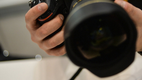 У женщины в День Победы на улице украли дорогой фотоаппарат