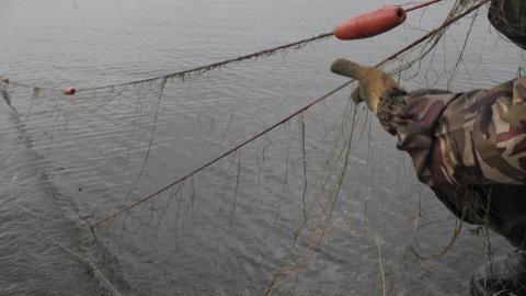 Мужчину поймали на реке с сетями и рыбой