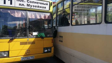 Автобус и трамвай столкнулись в центре Саратова