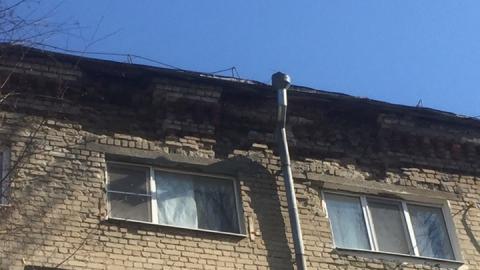 Чиновники: дом, с которого на машину упали кирпичи, не опасен