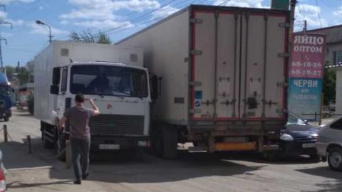 """Фура зацепила припаркованный """"Форд"""" и перекрыла Сокурский тракт"""