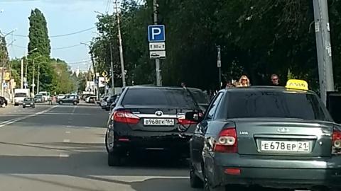 "Автохам на ""Тойоте"" припарковался посреди проезжей части. Видео"