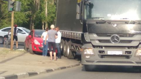"""Фура с питерскими номерами вытолкнула """"Опель"""" на тротуар"""