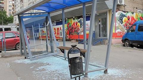 Студента техникума забрали в полицию за разбитое стекло на остановке