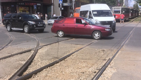 Столкнувшиеся на рельсах легковушка и пикап остановили два трамвайных маршрута