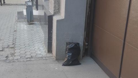 Банкиры и спасатели вместе убрали оставленный у дверей пакет с мусором