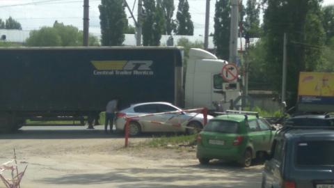 В Заводском районе Саратова дорогу не поделили фура и легковушка