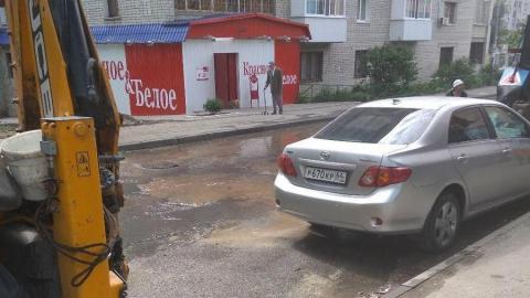 Коммунальщики ищут хозяина машины, брошенной на месте прорыва водопровода