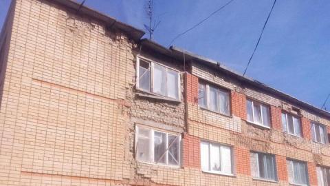 Женщине посоветовали ремонтировать обваливающуюся крышу многоэтажки за свой счет