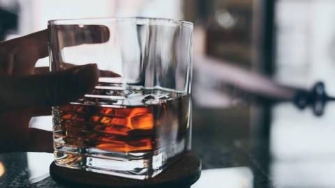 Два приятеля украли из магазина алкоголь для продолжения банкета