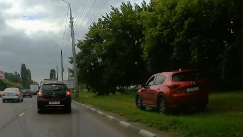 """Автохам на """"Мазде"""" устроил гонки по зеленой зоне"""