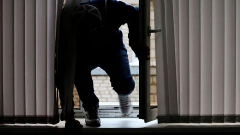 У женщины через окно дома украли 150 тысяч рублей