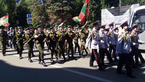 В День пограничника по центру Саратова прошло масштабное шествие