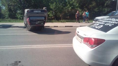 Легковушка потеряла колесо и перевернулась после столкновения с внедорожником