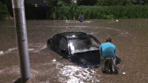 Несколько машин утонуло в Саратове после небольшого ливня
