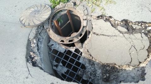 Огромная яма появилась на дороге у перинатального центра