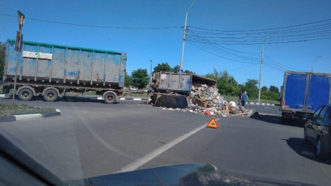 КамАЗ с мусором перевернулся в Юбилейном