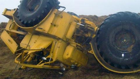 Мужчина погиб в перевернувшемся на сельской дороге тракторе