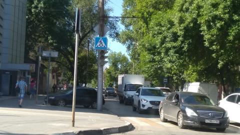 На оживленном перекрестке в центре Саратова не работает ни один светофор
